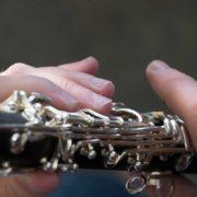 Obturation de certains trous de tonalité de la clarinette